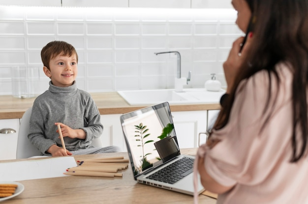 Matka pracuje z laptopem z bliska