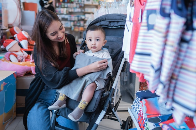 Matka próbuje dopasować produkt do swojego syna przed zakupem