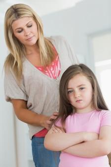 Matka próbuje pocieszyć gniewną córkę