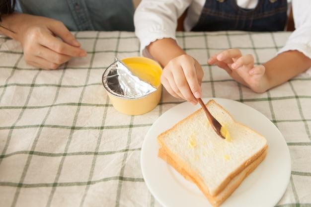 Matka przeszkolona córka zrobić śniadanie