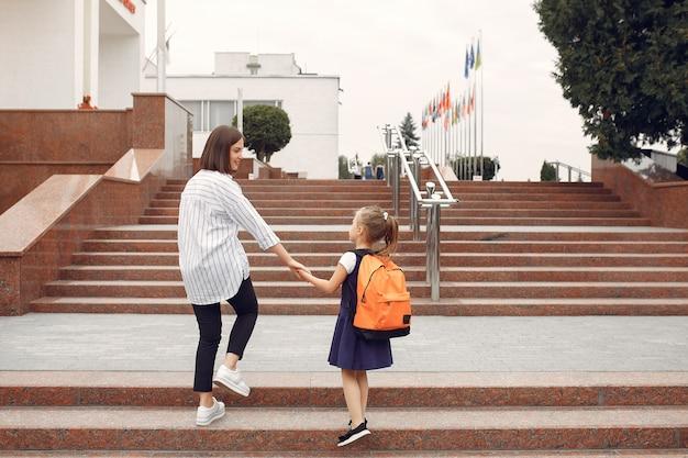 Matka przygotowuje córeczkę do szkoły