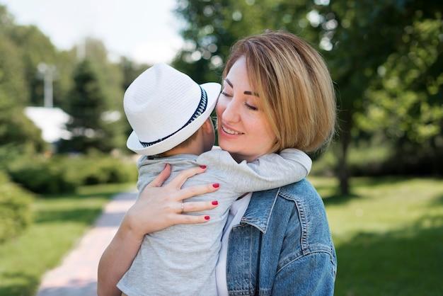 Matka przytula syna, średni strzał