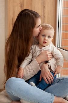 Matka przytulanie małego chłopca