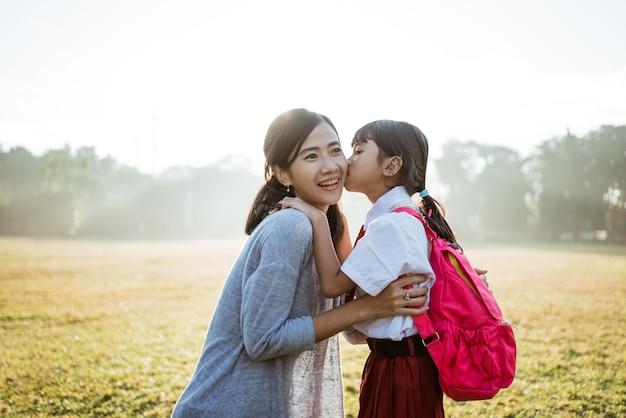 Matka rano zabiera córkę do szkoły