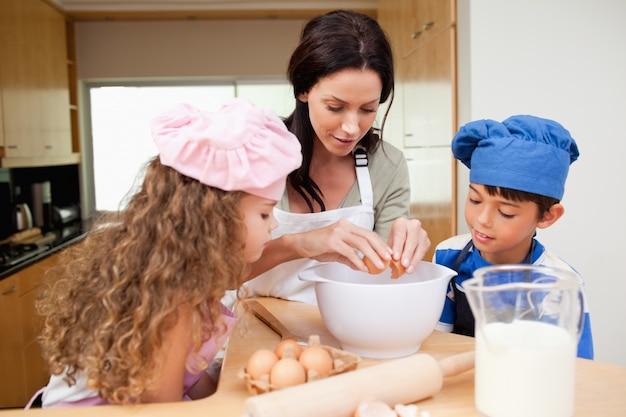 Matka robi ciastkom z jej dziećmi
