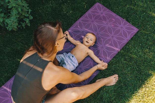 Matka robi joga dla syna