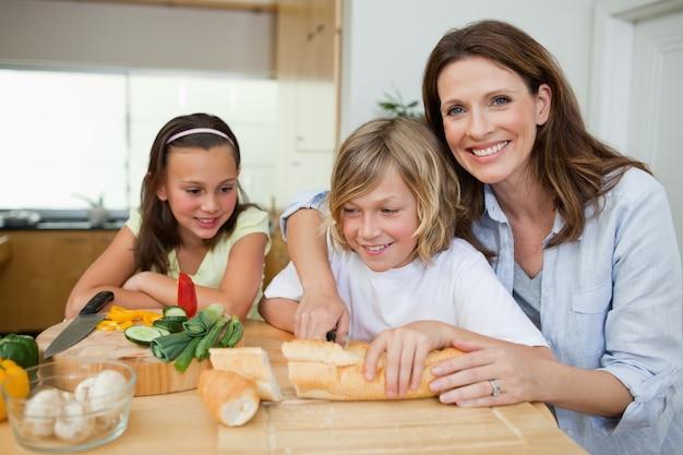 Matka robi kanapki z jej dziećmi