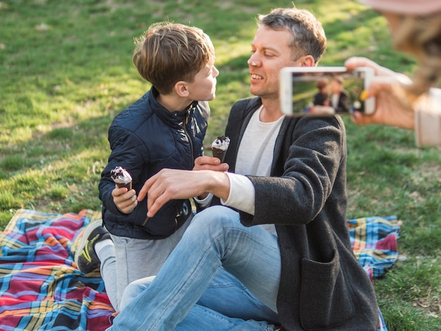 Matka robienia zdjęcia ojca i syna