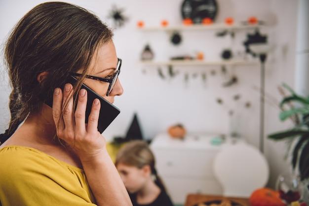 Matka rozmawia przez telefon inteligentny