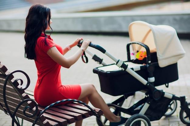 Matka spaceru z wózkiem dziecięcym, wózek w mieście. koncepcja miłości i rodziny.