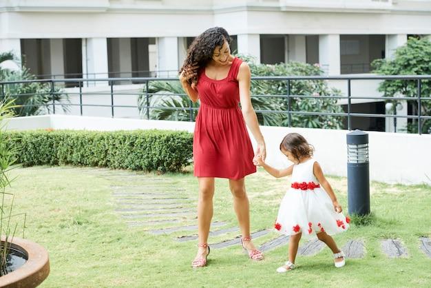 Matka spacerująca z córeczką