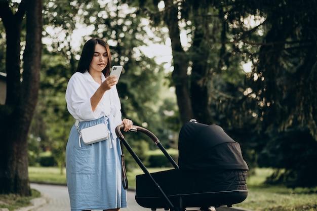 Matka spaceruje z córeczką w parku