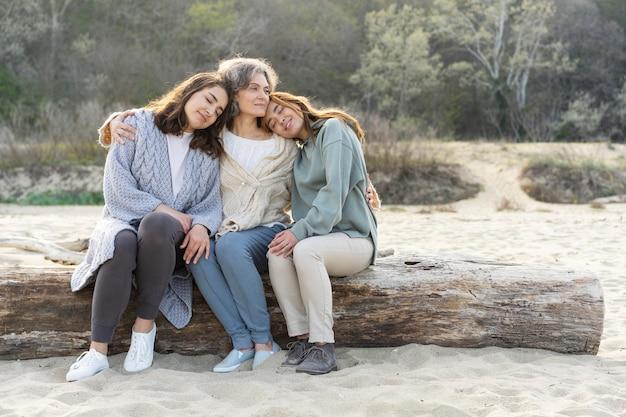 Matka spędza czas na plaży z dwiema córkami