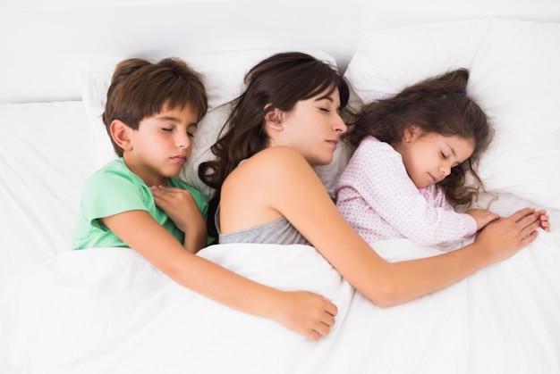 Matka śpi z dziećmi