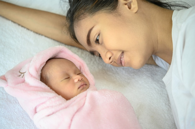 Matka spojrzała na noworodka w łóżku