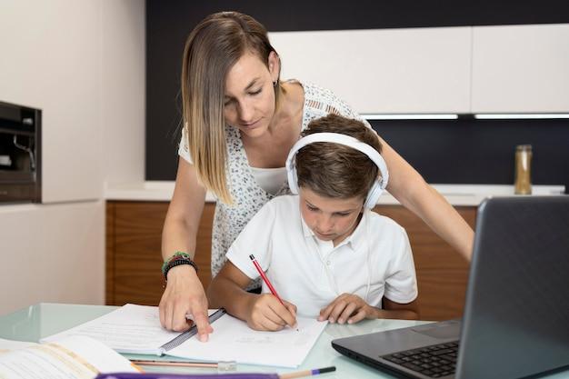 Matka sprawdza pracę domową syna