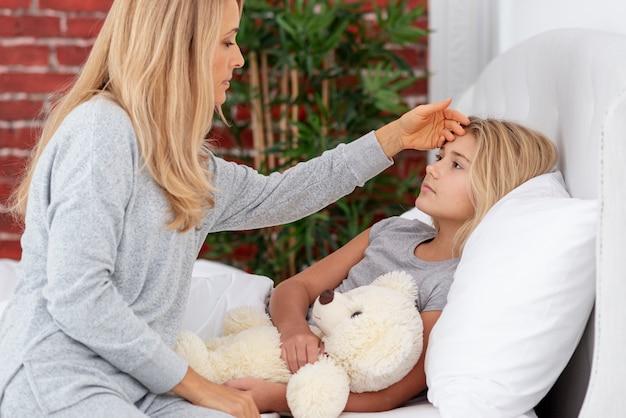 Matka sprawdzanie temperatury córki
