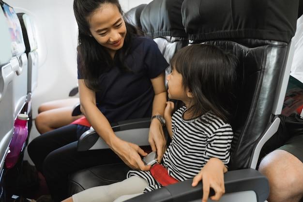 Matka stara się zabezpieczyć córkę podczas lotu