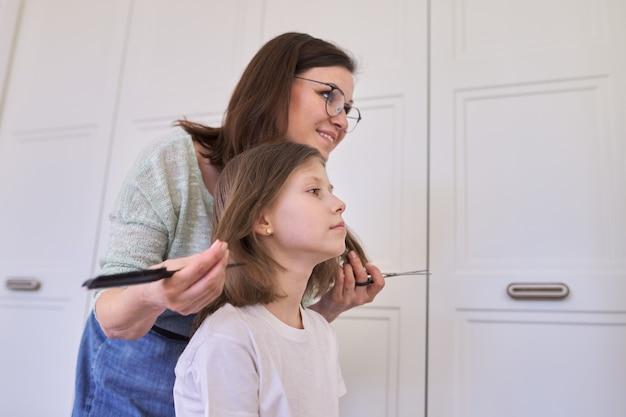 Matka strzyżenie włosów córce w domu, dzieci, fryzury, włosy, uroda.
