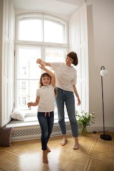 Matka tańczy z dziewczyną w pełnym ujęciu