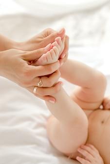 Matka trzyma stopy dziecka