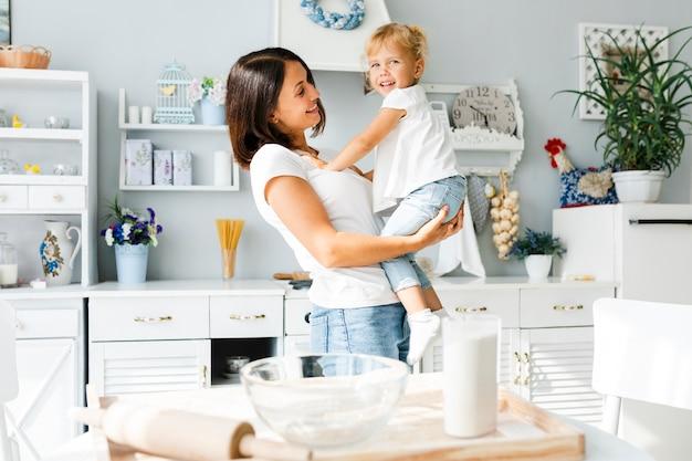 Matka trzyma uroczej małej dziewczynki