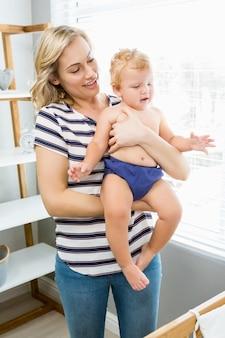Matka trzymając chłopca
