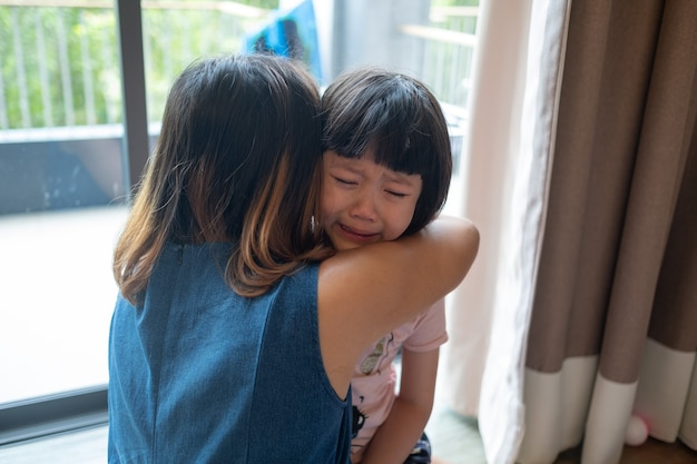 Matka uderzyła dziecko, dzieci płakały, czuły się smutne, młoda dziewczyna była nieszczęśliwa
