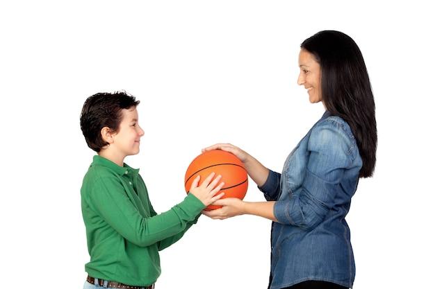 Matka wręcza koszykówkę jego syn odizolowywający na białym tle