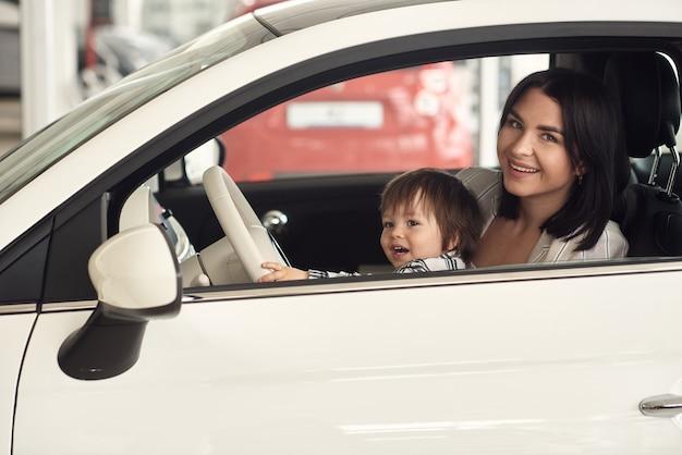 Matka wybiera samochód, w którym wygodnie będzie przewozić jej małego synka.