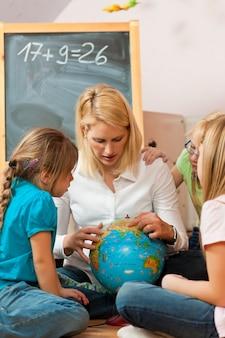 Matka wyjaśniająca świat swoim dzieciom