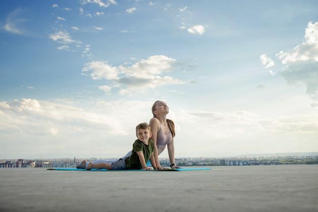 Matka wysportowana ćwiczy z synkiem