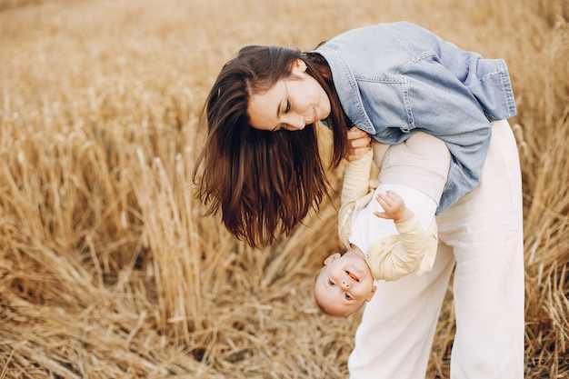 Matka z córką bawić się w jesieni polu
