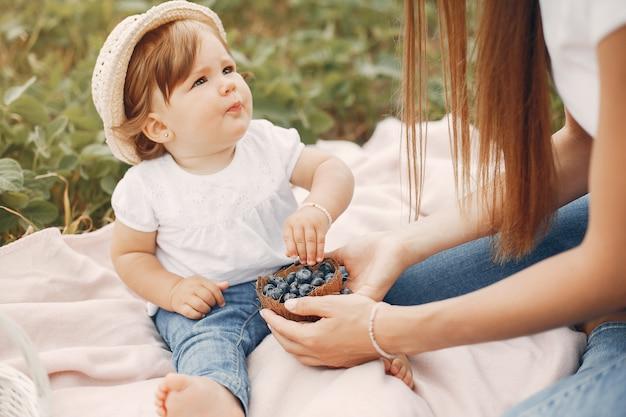 Matka z córką bawić się w lata polu