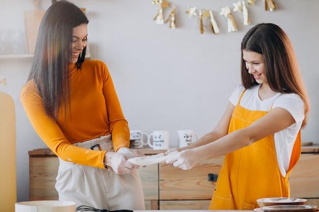 Matka z córką do pieczenia w kuchni