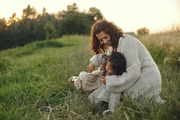 Matka z córką grając w letnie pole