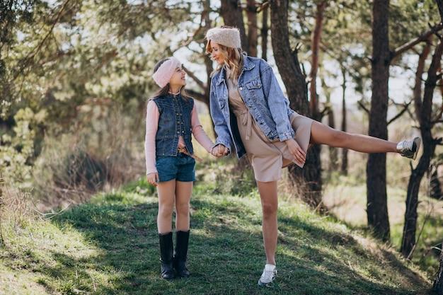 Matka z córką ma zabawę w lesie
