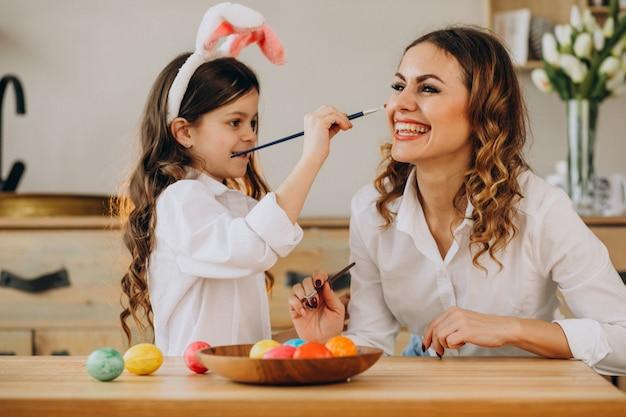 Matka z córką maluje jajka na easter