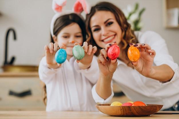 Matka Z Córką Maluje Jajka Na Easter Darmowe Zdjęcia