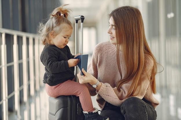 Matka z córką na lotnisku