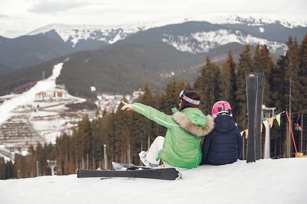 Matka z córką na nartach. ludzie w zaśnieżonych górach.