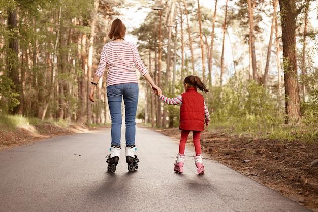 Matka z córką na rolkach w parku