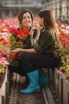 Matka z córką. pracownicy z kwiatostanami. dziewczyna w zielonej koszuli