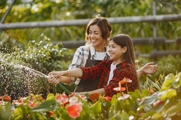 Matka z córką. pracownicy z kwiatostanami. ludzie sypią kwiaty