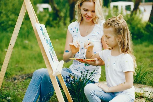 Matka z córka rysunkiem w parku