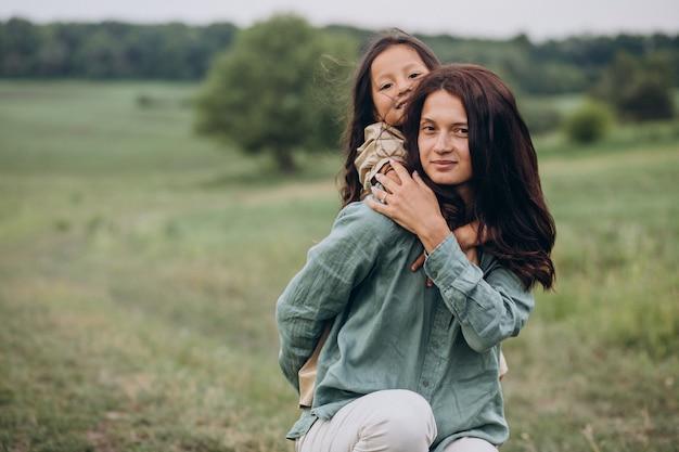 Matka z córką spacerują razem w parku
