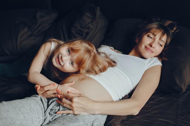 Matka z córką w domu