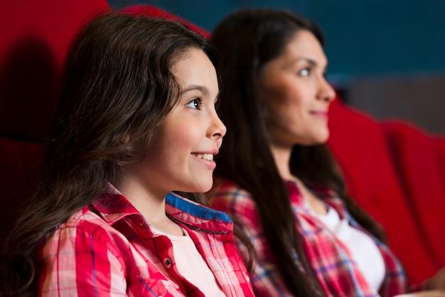 Matka z córką w kinie
