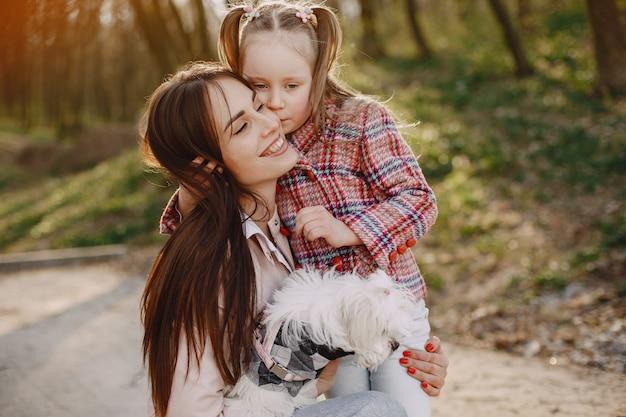 Matka z córką w lesie wiosną z psem