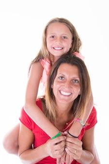 Matka z córką w plecy szczęśliwa portreta dziecka rodzina